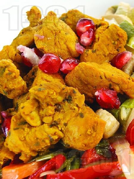 Задушени хапки свинско месо от плешка със зеленчуци (чушки, моркови, гъби, праз лук) и куркума на тиган - снимка на рецептата
